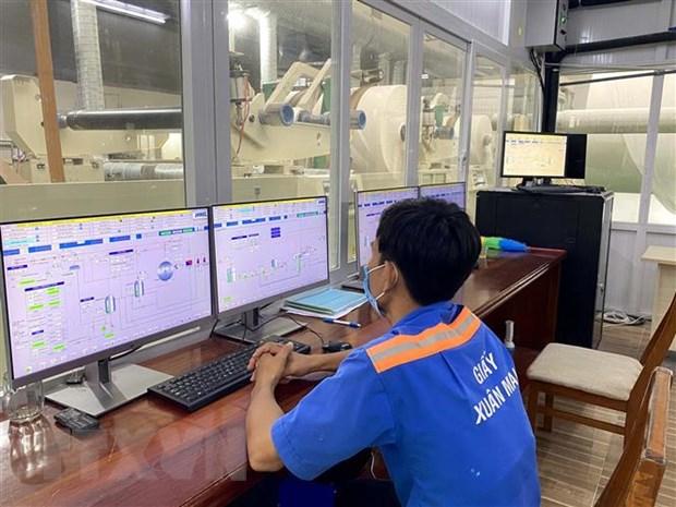 Công nhân lao động Công ty trách nhiệm hữu hạn giấy Xuân Mai ở Khu công nghiệp Hiệp Phước thực hiện giờ làm giãn cách phòng, chống dịch COVID-19. Ảnh: Thanh Vũ/TTXVN
