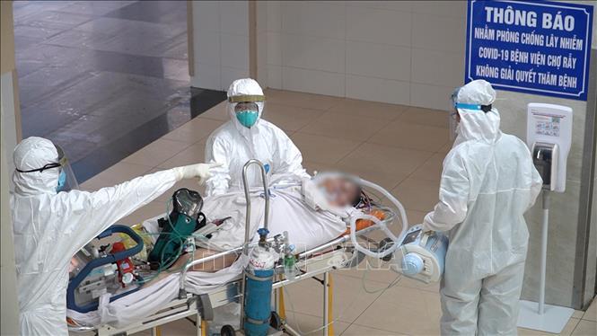 Vận chuyển bệnh nhân 8944 lên khu vực điều trị của Bệnh viện Chợ Rẫy. Ảnh: TTXVN phát