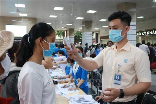 Trước diễn biến mới của dịch Covid-19, từ ngày 28/01/2021, Thành phố Hồ Chí Minh chính thức tái kích hoạt hệ thống phòng, chống dịch bệnh tại các cơ quan, đơn vị và địa phương trên địa bàn. Trong ảnh (tư liệu) Đo thân nhiệt người đến khám bệnh tại Bệnh vi
