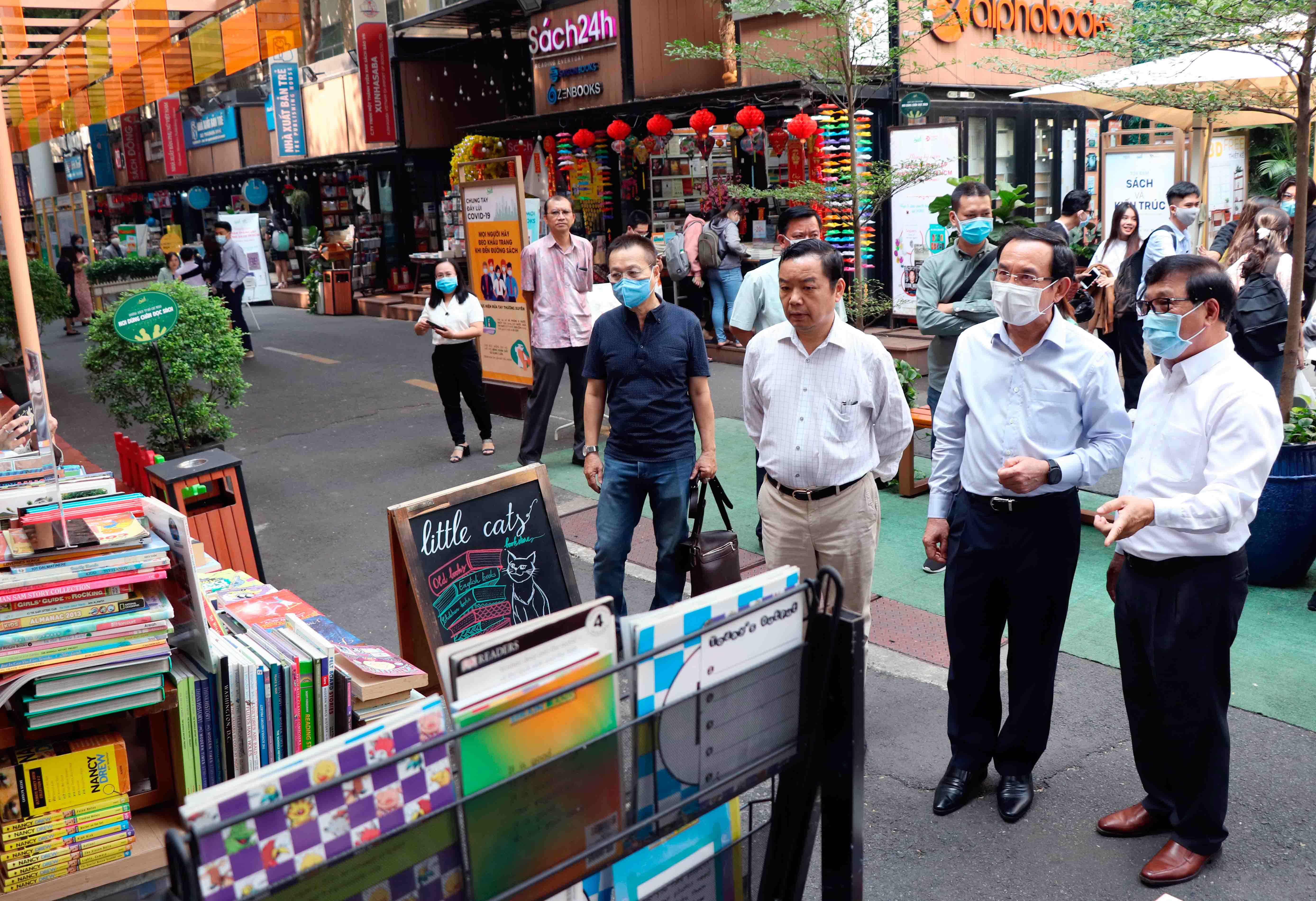Bí thư Thành ủy Nguyễn Văn Nên thăm Đường sách thành phố Hồ Chí Minh