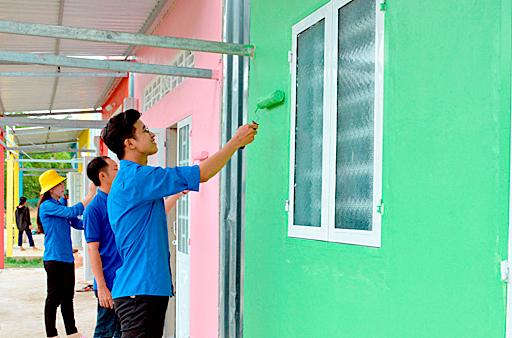 Đoàn viên, thanh niên sơn mới lại các ngôi nhà của các hộ đồng bào Khmer ở ấp Đại Ân, xã Đại Tâm, huyện Mỹ Xuyên, tỉnh Sóc Trăng.