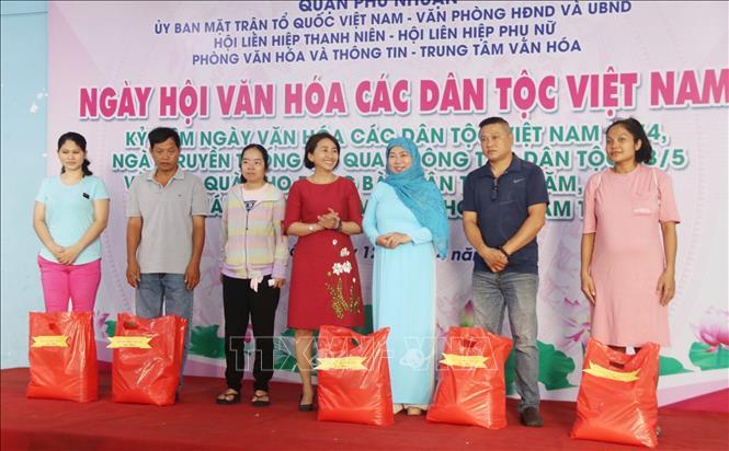 Trao quà cho đồng bào dân tộc Chăm, Khmer có hoàn cảnh khó khăn. Ảnh: Thu Hương – TTXVN