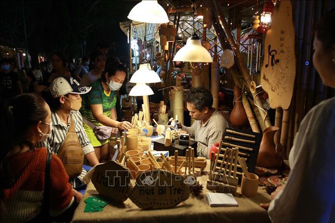 Gian hàng các sản phẩm làm bằng tre, nứa thu hút đông đảo khách tham quan tại Lễ hội Tết Việt 2021