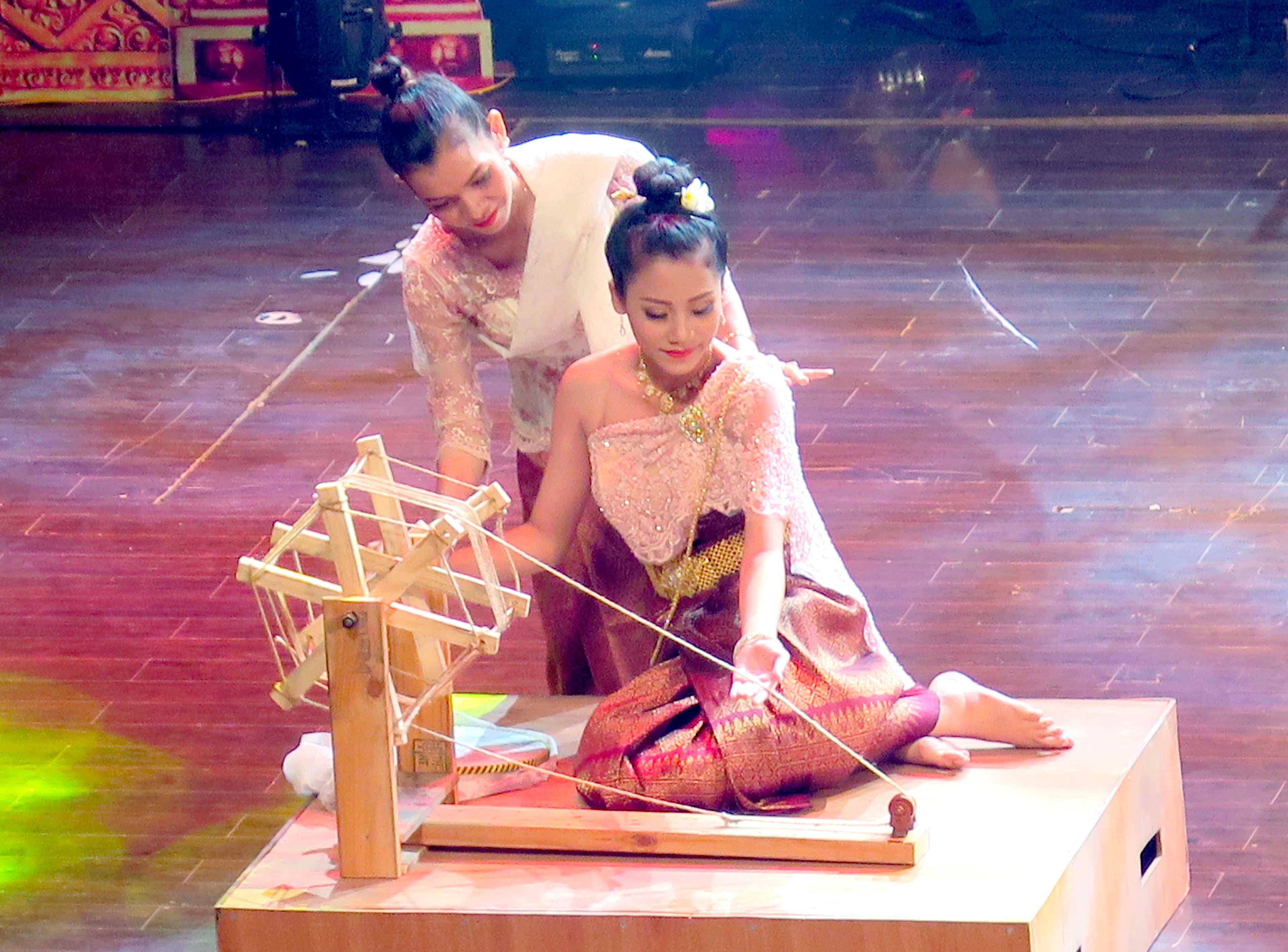 """Gia huấn ca nữ Khmer khuyên dạy các cô gái phải chăm chỉ học hành, trang bị cho mình một nghề nghiệp ổn định để có thể đỡ đần hôn phu sau khi thành hôn. Trong ảnh: Tái hiện tục """"Vào bóng mát"""" của người Khmer tại Ngày hội Văn hóa, Thể thao và Du lịch vùng"""