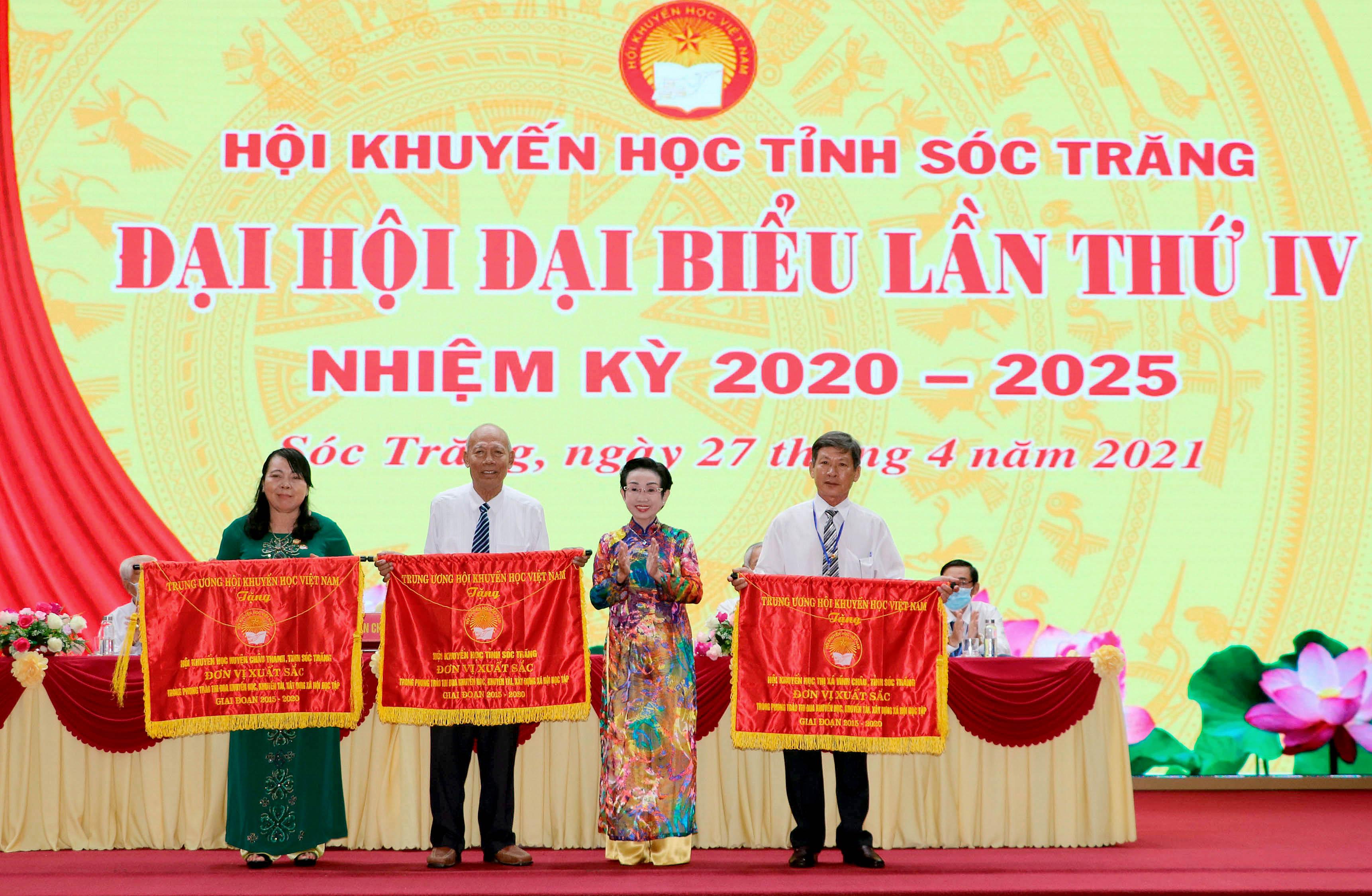 Phó giáo sư Tiến sĩ Trương Thị Hiền, Phó chủ tịch Trung ương Hội khuyến học Việt Nam trao cờ thi đua cho 3 tập thể. Ảnh: Trung Hiếu