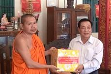 Thăm và tặng quà các chùa nhân dịp lễ Sene Dolta cổ truyền của đồng bào Khmer