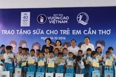 Chủ tịch Quốc hội Nguyễn Thị Kim Ngân dự Chương trình trao sữa tặng trẻ em thành phố Cần Thơ
