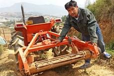 """""""Kỹ sư"""" chân đất chế máy đào khoai tây từ vật liệu… bỏ đi"""