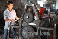 Nông dân Phi Anh Đệ chế tạo thành công máy thu hoạch mía