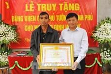 越南政府总理向越通社记者丁有余追授奖状