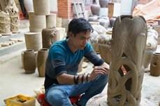 Người tiếp lửa cho gốm sành Hương Canh