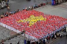 3000名女生身穿奥黛游行 庆祝胡志明市奥黛节