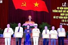 阮氏金银出席芹苴市南方解放纪念活动和与该市选民会面