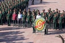 越南伤残军人和烈士日70周年:国防部部长吴春历向英雄烈士敬香