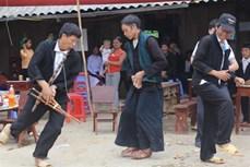 Giản dị nam phục người Mông