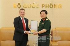国防部部长吴春历会见法国驻越大使洛尔拉里