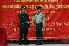 越中两国边防部队联合为边境地区居民开展法律宣传活动
