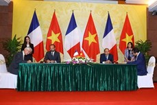 法国总理爱德华•菲利普圆满结束对越南进行的正式访问