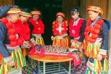 Giữ gìn trang phục truyền thống của người Dao đỏ Bắc Kạn