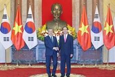 越南国家主席陈大光与韩国总统文在寅共同召开记者会