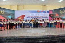 Trao học bổng cho học sinh dân tộc thiểu số và vùng biển đảo tỉnh Sóc Trăng