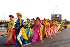 """Lung linh Lễ hội """"Diễu hành đường phố và Chèo cạn Múa bông"""", Quảng Bình"""