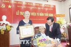 Trao Huy hiệu 75 năm tuổi Đảng tặng đồng chí Trần Quốc Hương