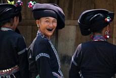 """Độc đáo tục """"nhuộm răng đen"""" của người Lự ở Lai Châu"""