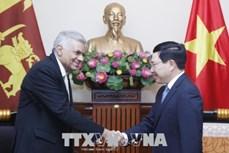 越南政府副总理兼外交部长范平明会见斯里兰卡总理拉尼尔•维克勒马辛哈