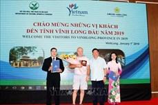河内和胡志明市等省市迎来2019年第一位国际游客
