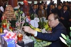 阮春福等党和国家领导前往胡志明主席祠堂上香