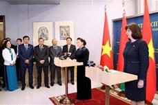 越南国会主席阮氏金银和白俄罗斯上院主席会见记者