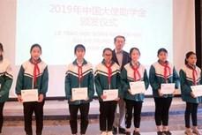 中国驻越南使馆向越南北江和太原两省40名学生颁发助学金