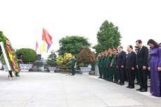 胡志明市领导向各位英雄烈士上香