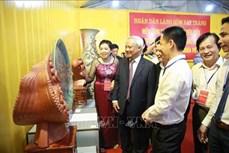 Làng nghề Bát Tràng (Hà Nội) tặng sản phẩm gốm sứ tiêu biểu cho Quốc hội