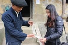 Nghề chạm bạc truyền thống của người Mông ở Lao Xa