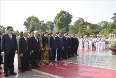 胡志明主席诞辰129周年:党和国家领导人拜谒胡志明陵墓并敬献花圈