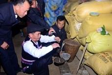Tục cân nước để dự báo thời tiết của người Mông