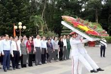 越南国会主席阮氏金银上香缅怀胡志明市英雄烈士