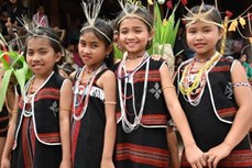 Trẻ em buôn làng và sắc phục truyền thống