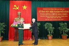越共中央总书记、国家主席阮富仲向原越共中央总书记黎可漂授予70周年党龄纪念章