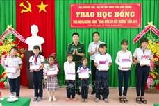 Bộ đội Biên phòng Sóc Trăng hỗ trợ học sinh nghèo ven biển đến trường