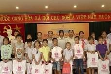Trao tặng sách giáo khoa cho học sinh có hoàn cảnh khó khăn tỉnh Cao Bằng