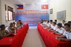 越南和菲律宾海军在双子西岛上举行交流活动