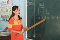 Cô giáo Chamaléa Thị Khuyên nỗ lực vận động học sinh đến lớp đều đặn