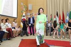 南非国际文化节:越南使节夫人上演传统服装—奥黛秀