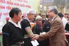 Thường trực Ban Bí thư Trần Quốc Vượng tặng quà Tết các hộ nghèo, gia đình chính sách tại Yên Bái