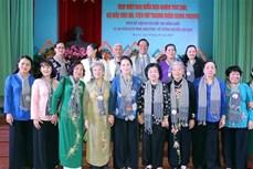 国会主席阮氏金银出席长发军、秋河部队和前女先锋青年代表的见面会