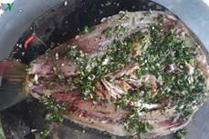 越南西北地区泰族人的特色美食——整烤溪鱼
