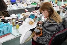 Khám phá xưởng thiết kế mặt nạ hóa trang thủ công nổi tiếng thế giới